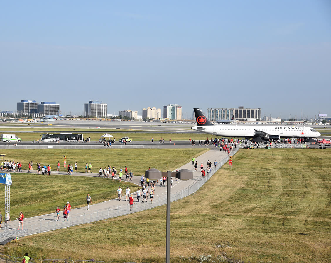 Des personnes se promènent à la course Runway Run de l'aéroport Pearson