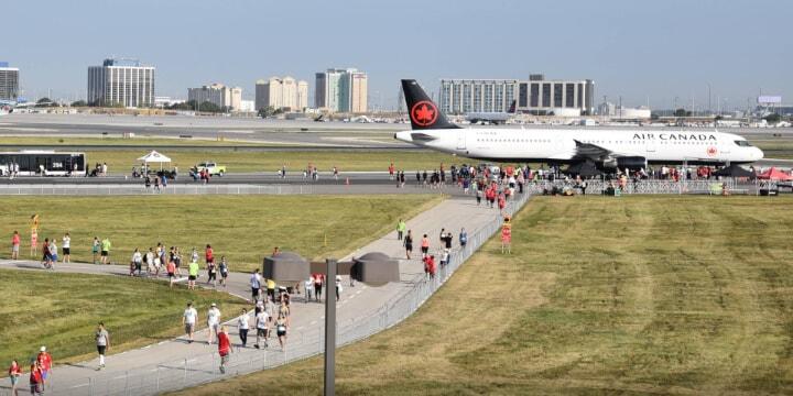 Personnes à la course Runway Run de l'aéroport Pearson