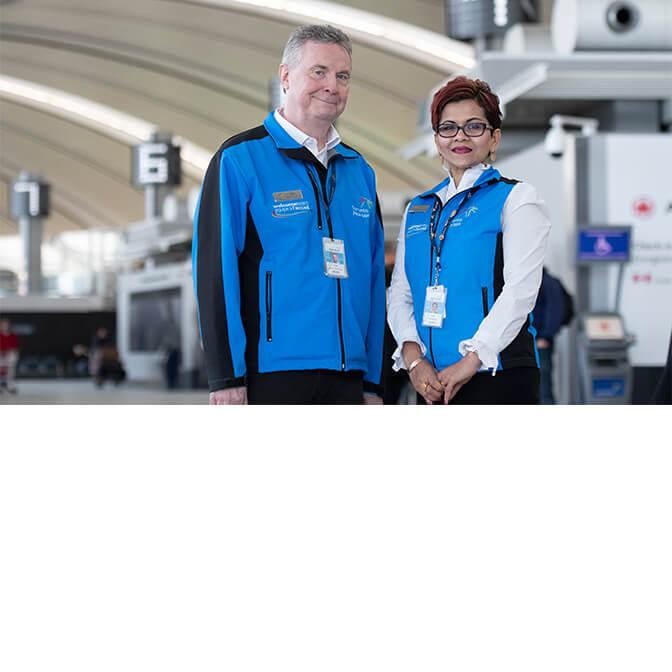 Deux bénévoles de l'aéroport Pearson