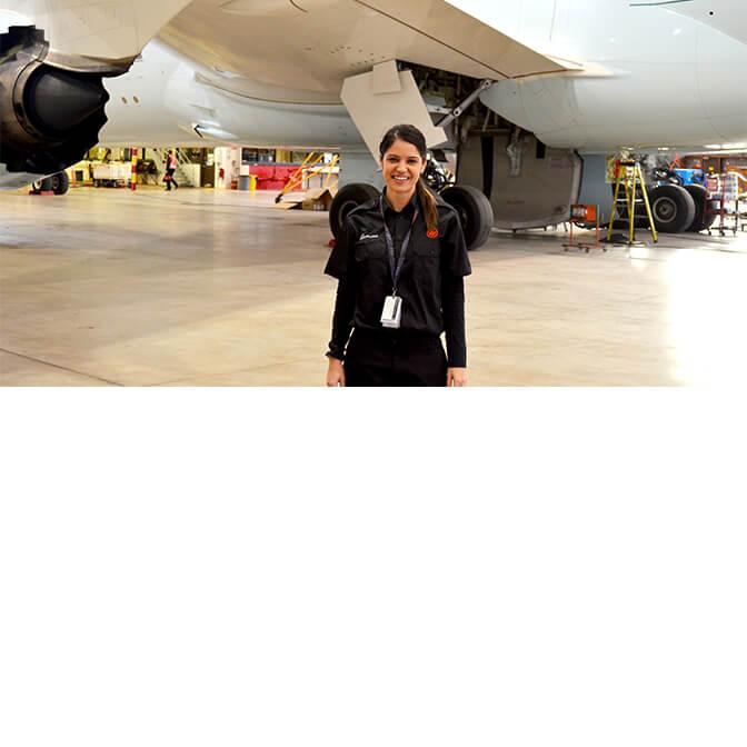 Un employé de l'aéroport Pearson debout sous un avion