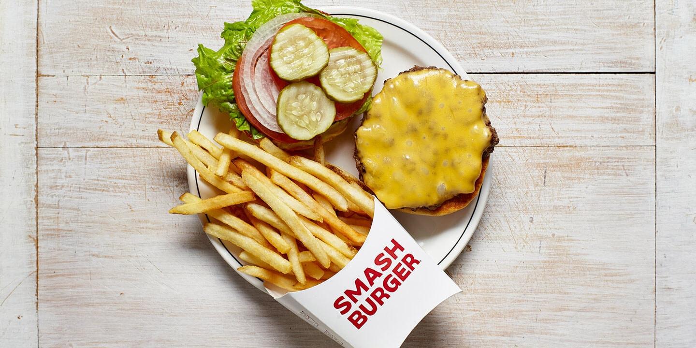 Hamburger au fromage accompagné de frites
