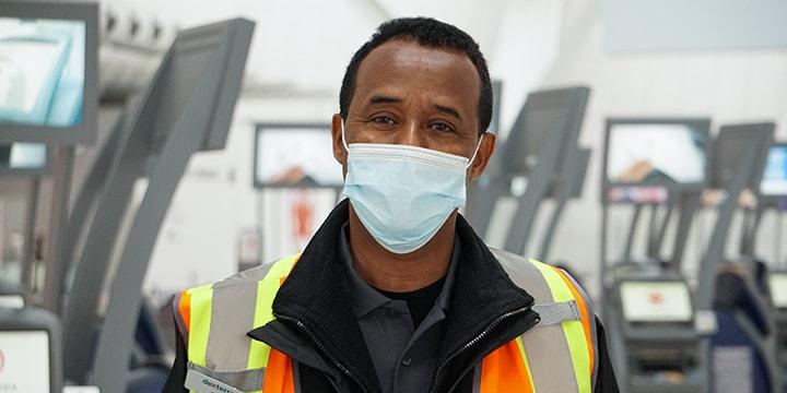 Abdi, associé principal des chariots à bagages auprès de notre partenaire de nettoyage, Dexterra